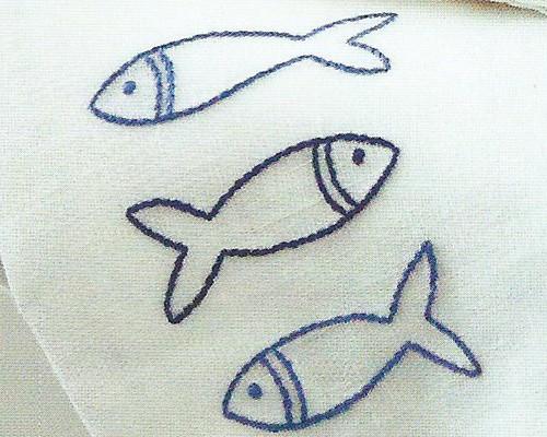 Вышитые рыбки крупным планом.
